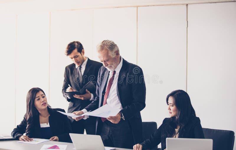 Hommes d'affaires et groupe utilisant le carnet pour des associés discutant le Doc. photos libres de droits