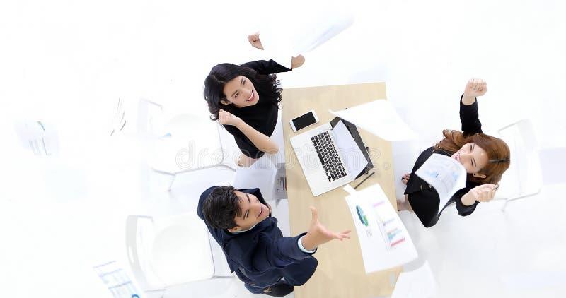 Hommes d'affaires et succès de femmes d'affaires et concept de gain - happ image stock