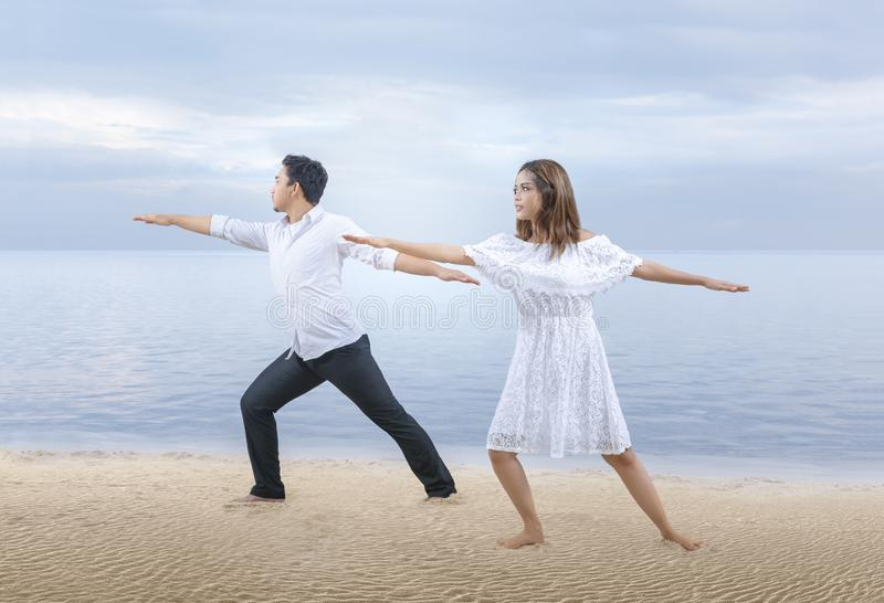 Hommes d'affaires faisant la relaxation de yoga photographie stock