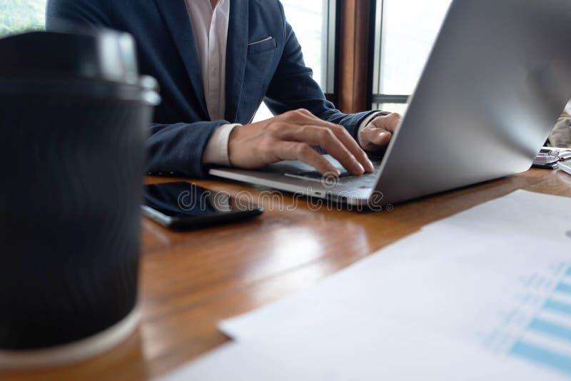 Hommes d'affaires, finances, travail de comptabilité, comptes courants, utilisant des calculatrices et l'information de conclusio images stock