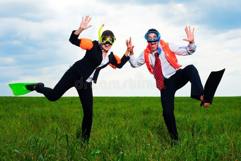 Hommes d'affaires gais dansant sur la zone photographie stock libre de droits