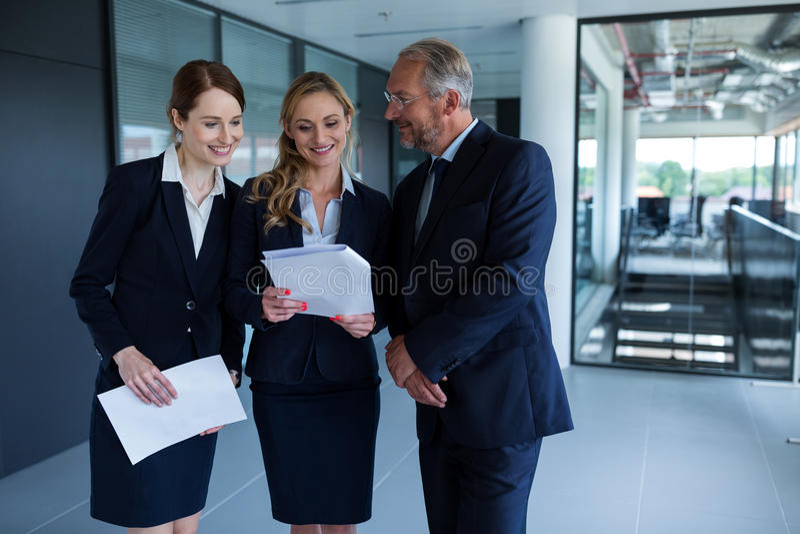 Hommes d'affaires heureux discutant au-dessus d'un rapport image libre de droits
