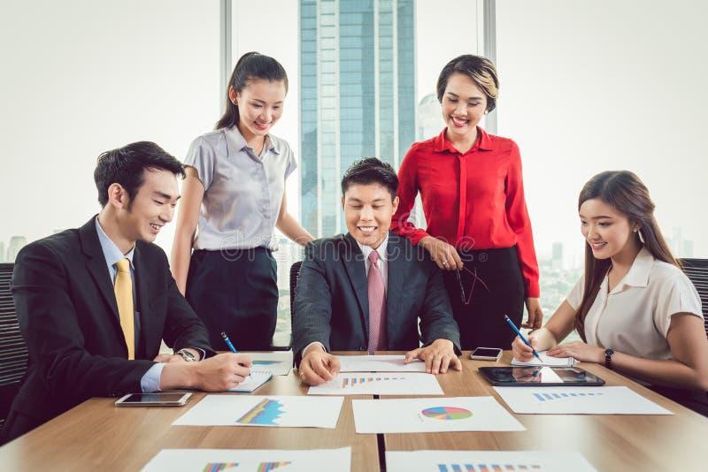 Hommes d'affaires heureux lors de la réunion photos stock