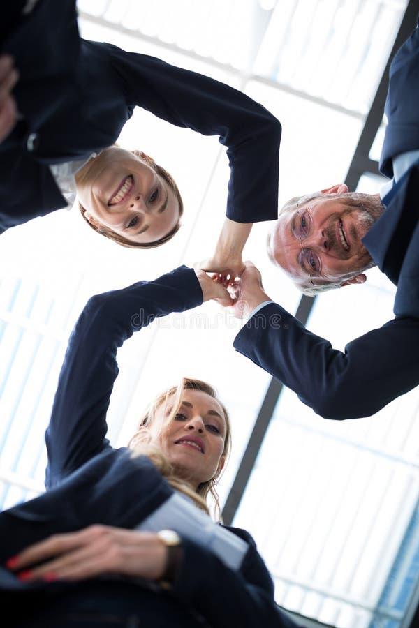 Hommes d'affaires heureux partageant la haute cinq photo stock