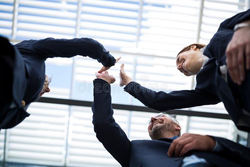 Hommes d'affaires heureux partageant la haute cinq image libre de droits