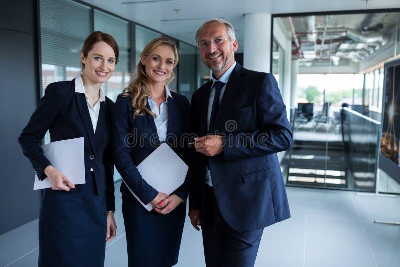 Hommes d'affaires heureux souriant au bureau photographie stock libre de droits