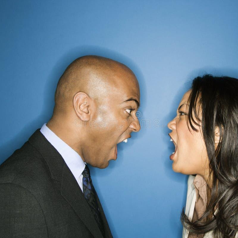 Hommes d'affaires hurlant à l'eachother. photos stock