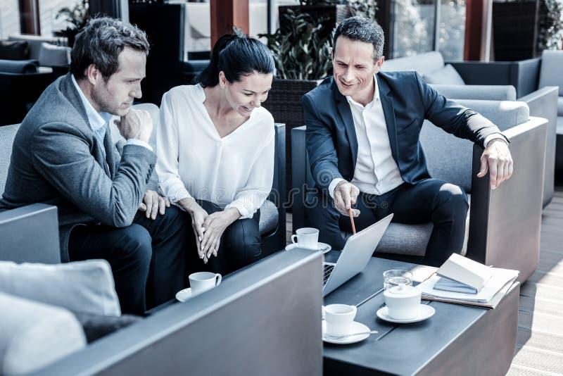 Hommes d'affaires joyeux positifs discutant de nouvelles idées photographie stock