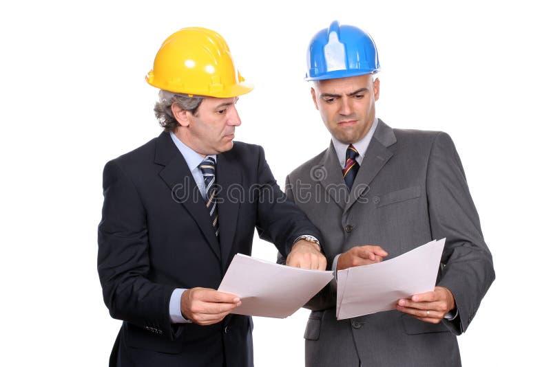 Hommes d'affaires lors d'un contact, discutant le projet neuf image stock