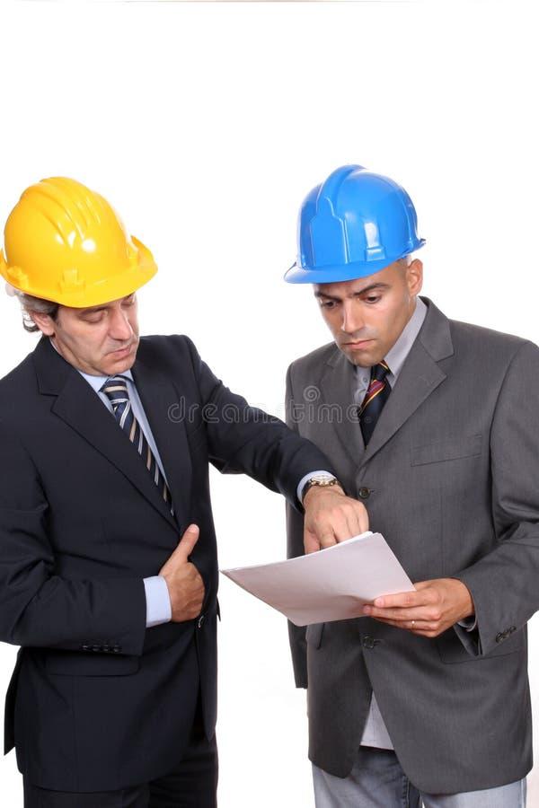Hommes d'affaires lors d'un contact, discutant le projet neuf images stock