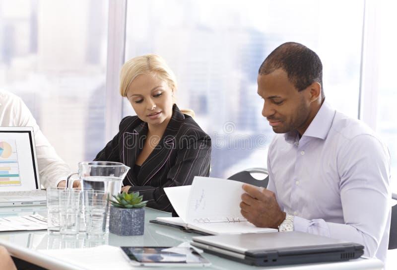 Hommes d'affaires lors d'une réunion photographie stock libre de droits