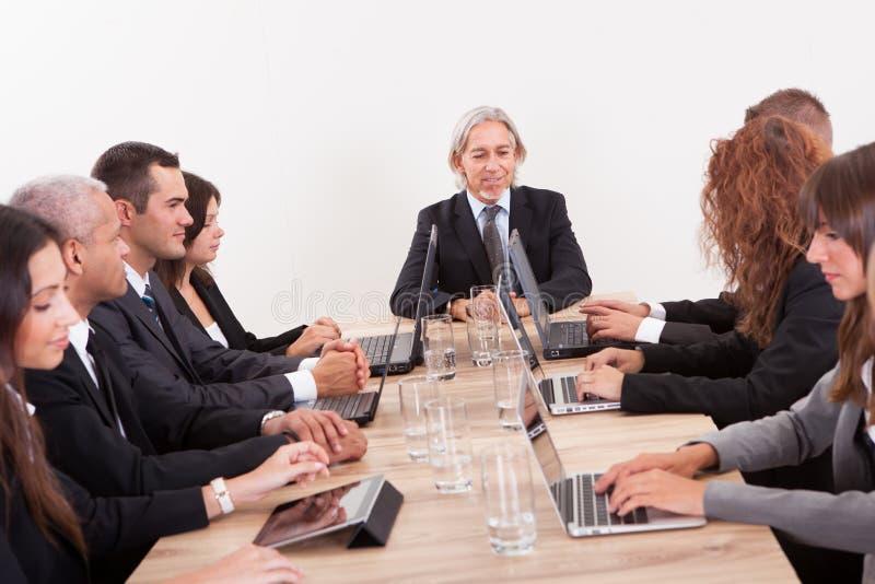 Hommes d'affaires lors du contact photo libre de droits
