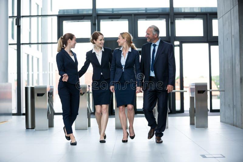 Hommes d'affaires marchant dans le bureau photos stock