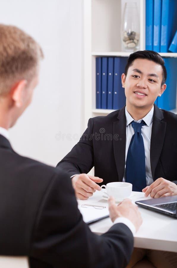 Hommes d'affaires multi-ethniques au cours de la réunion photos stock