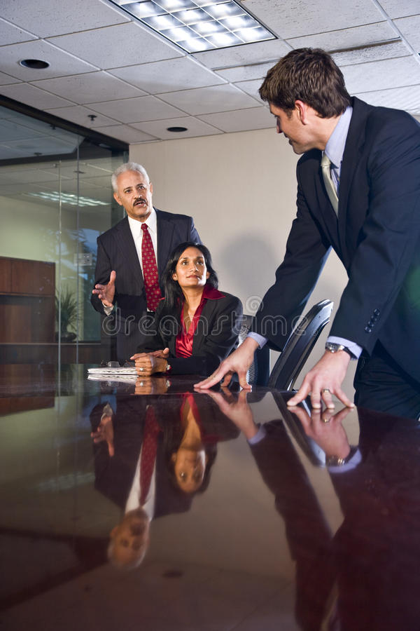 Hommes d'affaires multi-ethniques dans la salle de réunion photographie stock