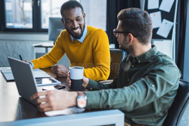 hommes d'affaires multiculturels regardant l'un l'autre images stock