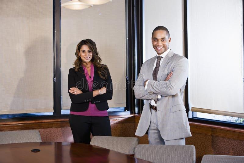 Hommes d'affaires multiraciaux dans la salle de réunion de bureau photographie stock