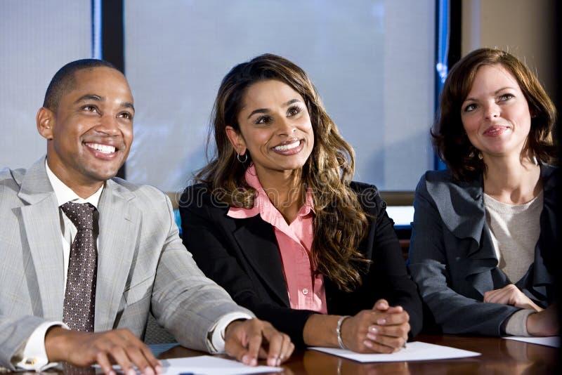Hommes d'affaires multiraciaux observant la présentation photo libre de droits