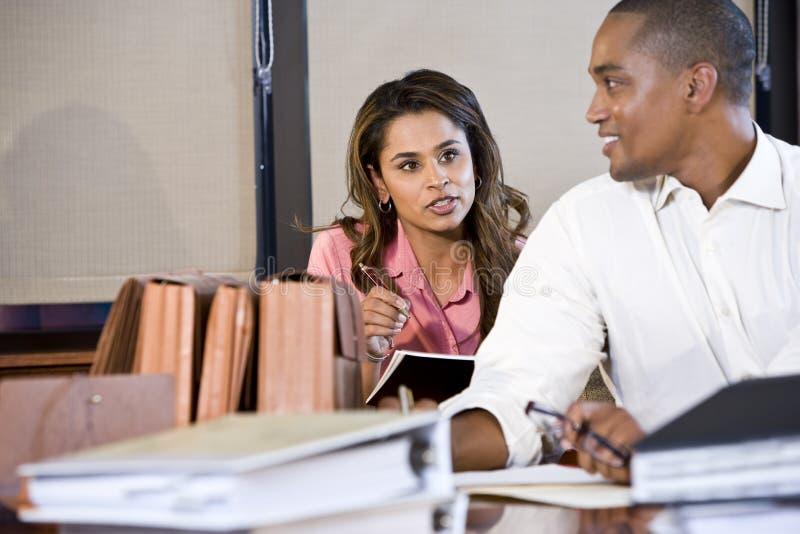 Hommes d'affaires multiraciaux travaillant sur des documents photos libres de droits