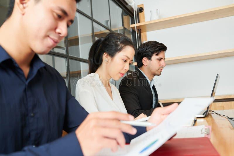 Hommes d'affaires occupés au travail image libre de droits