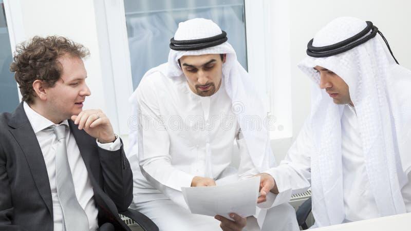 Hommes d'affaires parlant sur une réunion image stock