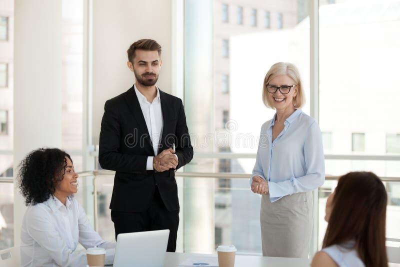 Hommes d'affaires positifs dans le bureau pendant se réunir photographie stock libre de droits