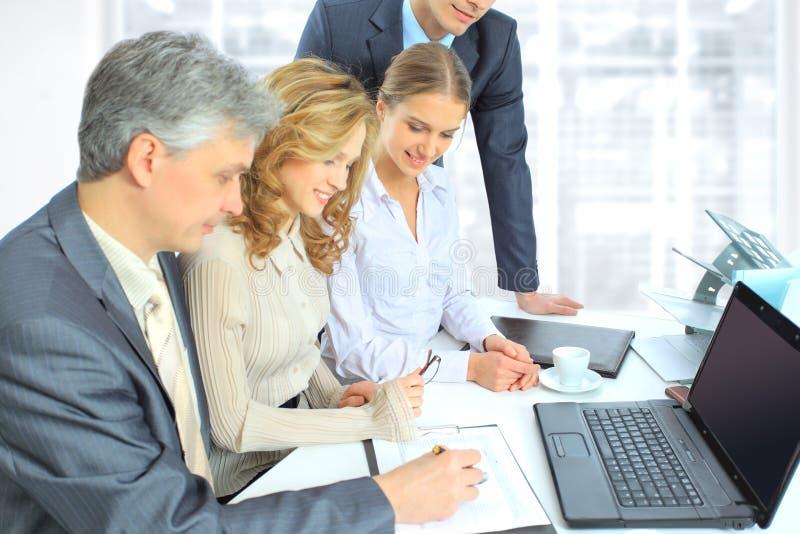 hommes d'affaires pour discuter le plan de travail. image stock