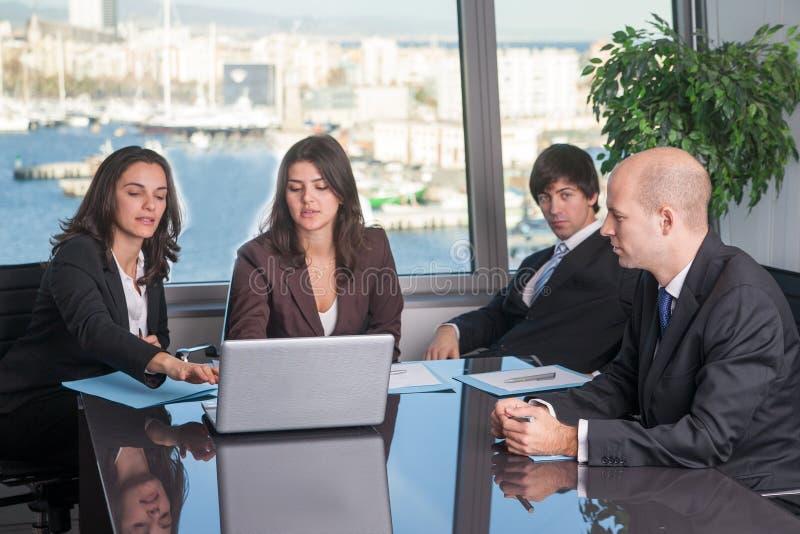 Hommes d'affaires prenant des décisions image libre de droits