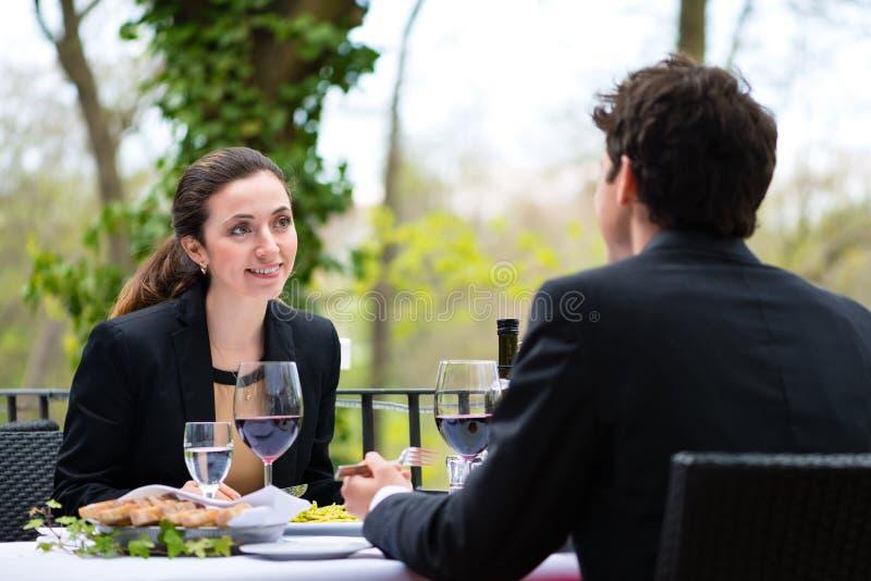 Hommes d'affaires prenant le déjeuner dans le restaurant photos stock
