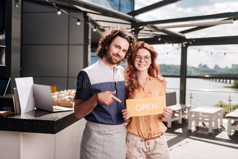 Hommes d'affaires prometteurs ouvrant leur nouveau restaurant photos libres de droits