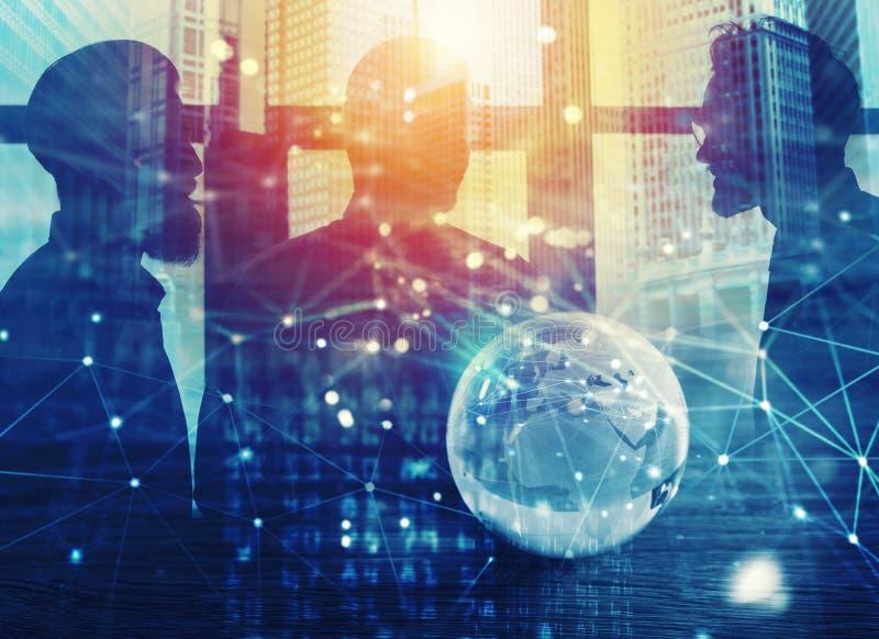 Hommes d'affaires qui travaillent ensemble dans le bureau avec l'effet global de connexion réseau Concept de travail d'équipe et  photos stock