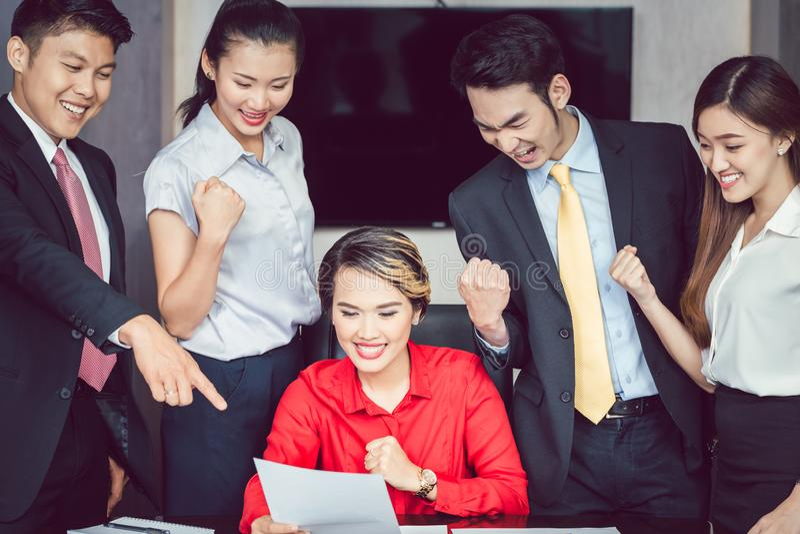 Hommes d'affaires réussis lors de la réunion photos stock