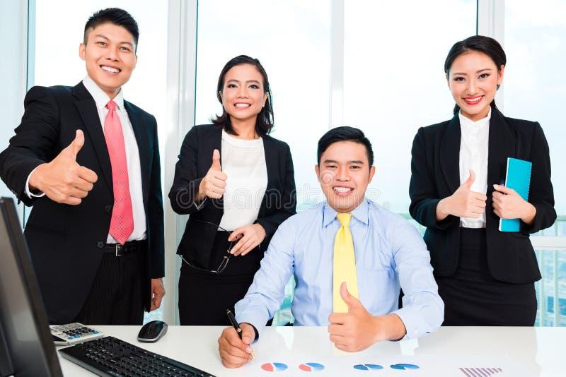 Hommes d'affaires réussis montrant des pouces vers le haut de signe image libre de droits