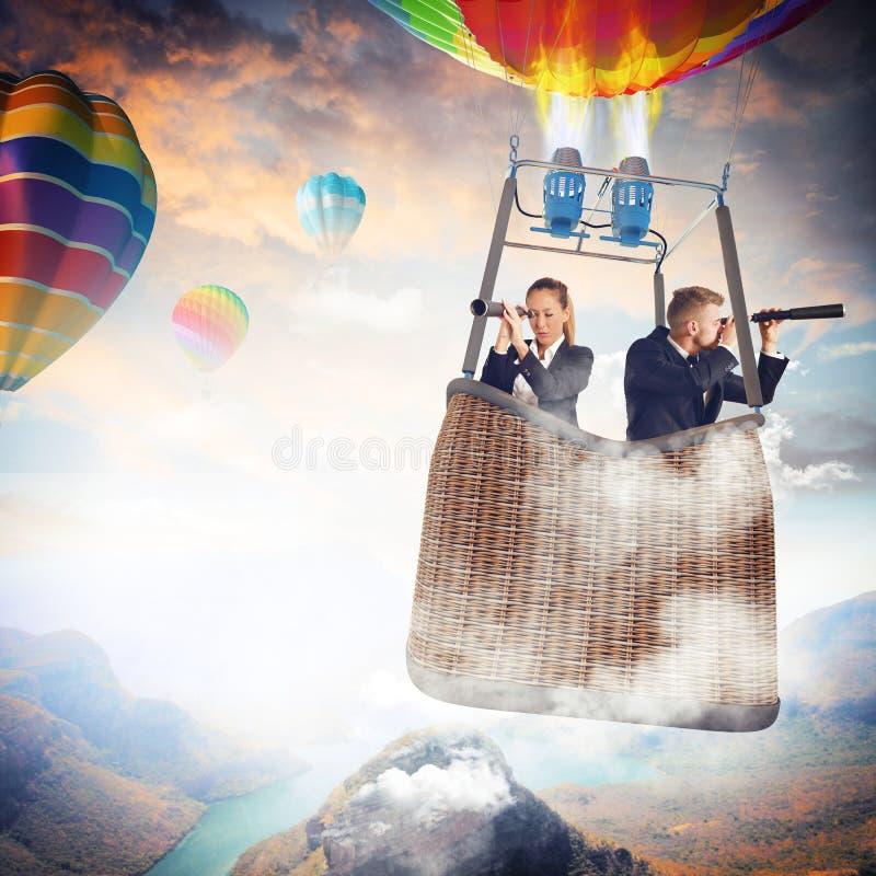 Hommes d'affaires recherchant de nouvelles perspectives images stock