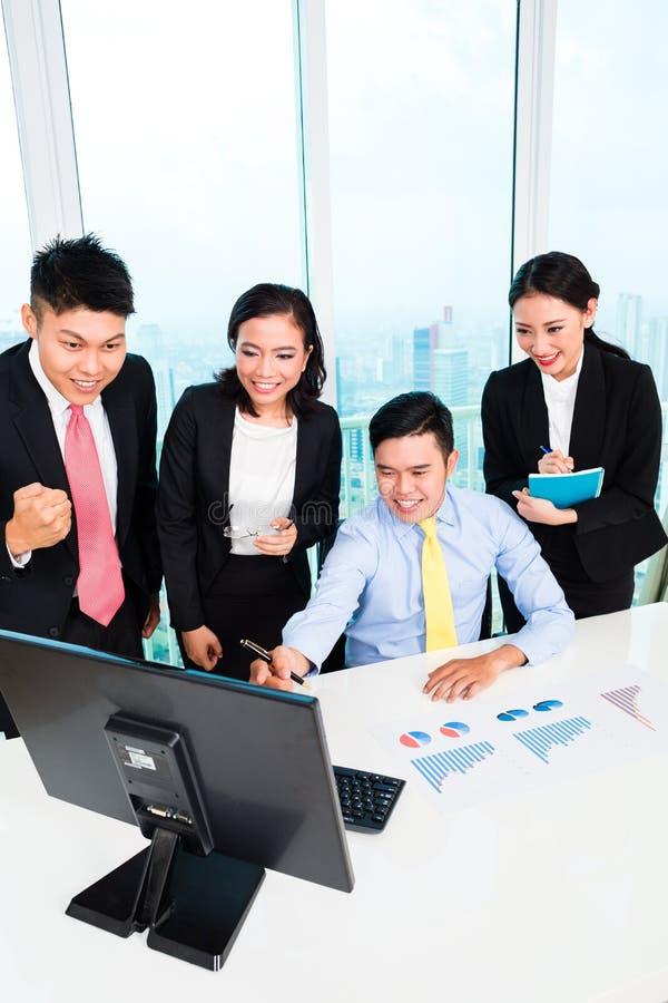Hommes d'affaires regardant l'ordinateur dans le bureau images libres de droits