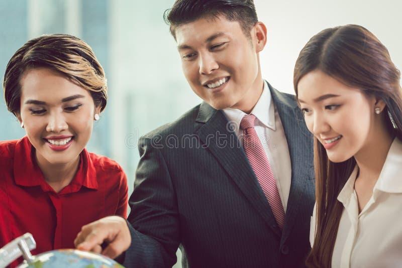 Hommes d'affaires regardant le globe photos libres de droits