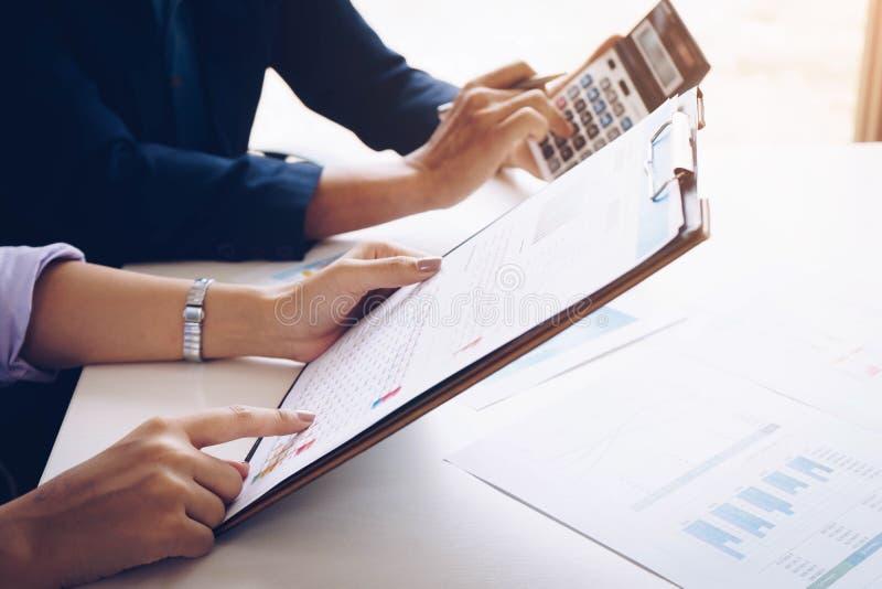 Hommes d'affaires rencontrant l'analyse commerciale de planification de budget et de coût et le concept de stratégie image libre de droits