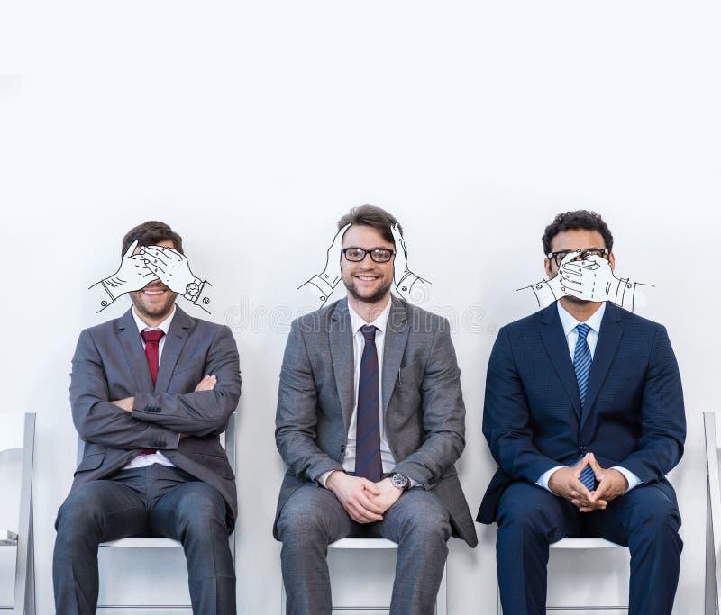 Hommes d'affaires s'asseyant sur des chaises photographie stock