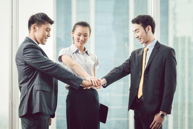 Hommes d'affaires s'empilant main du ` s image libre de droits