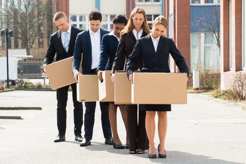 Hommes d'affaires sans emploi avec des boîtes en carton images libres de droits