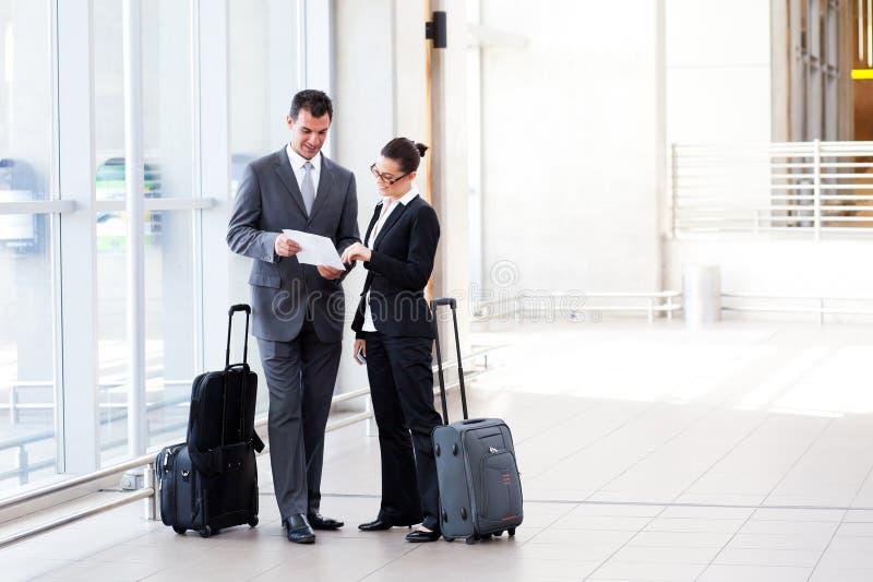 Hommes d'affaires se réunissant à l'aéroport photos stock