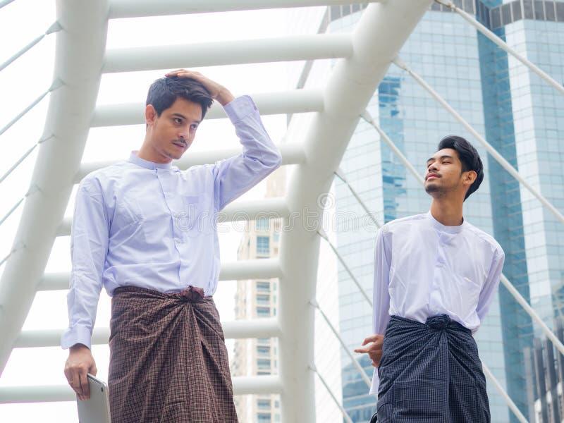 Hommes d'affaires se réunissant dans la ville photo libre de droits