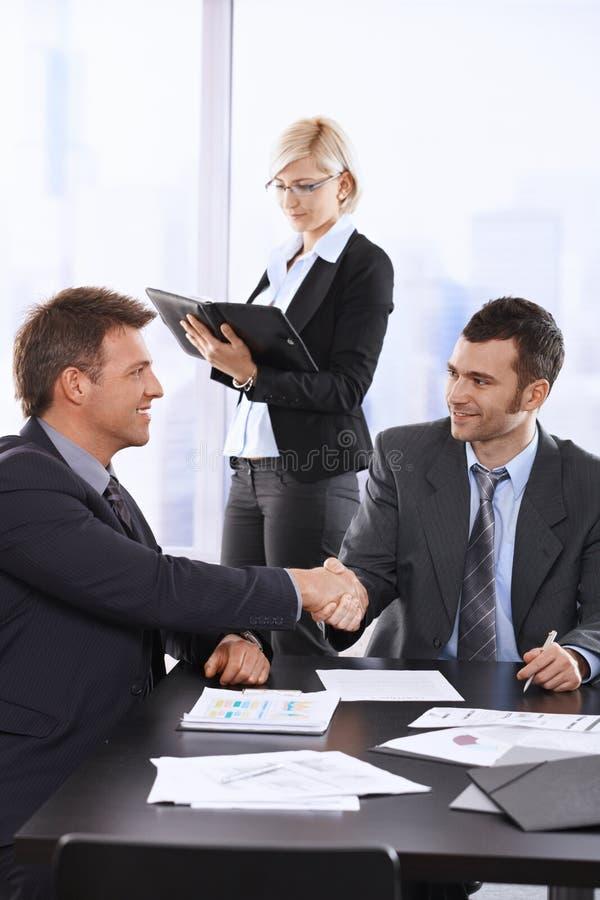 Hommes d'affaires se serrant la main photos stock