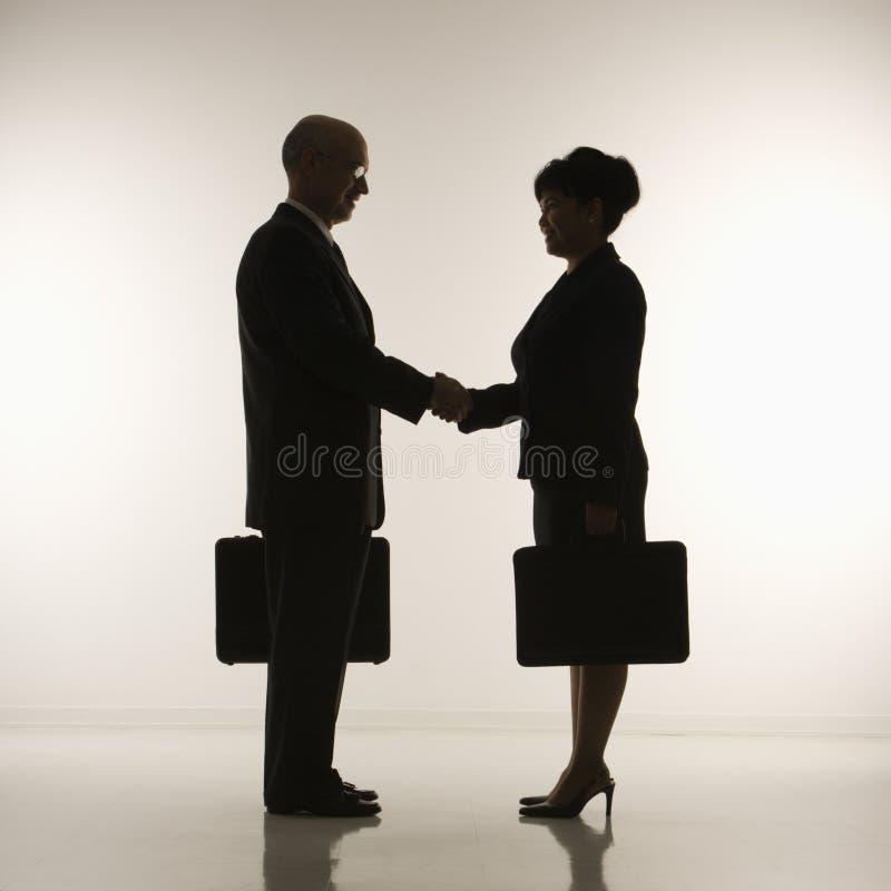 Hommes d'affaires se serrant la main. images libres de droits