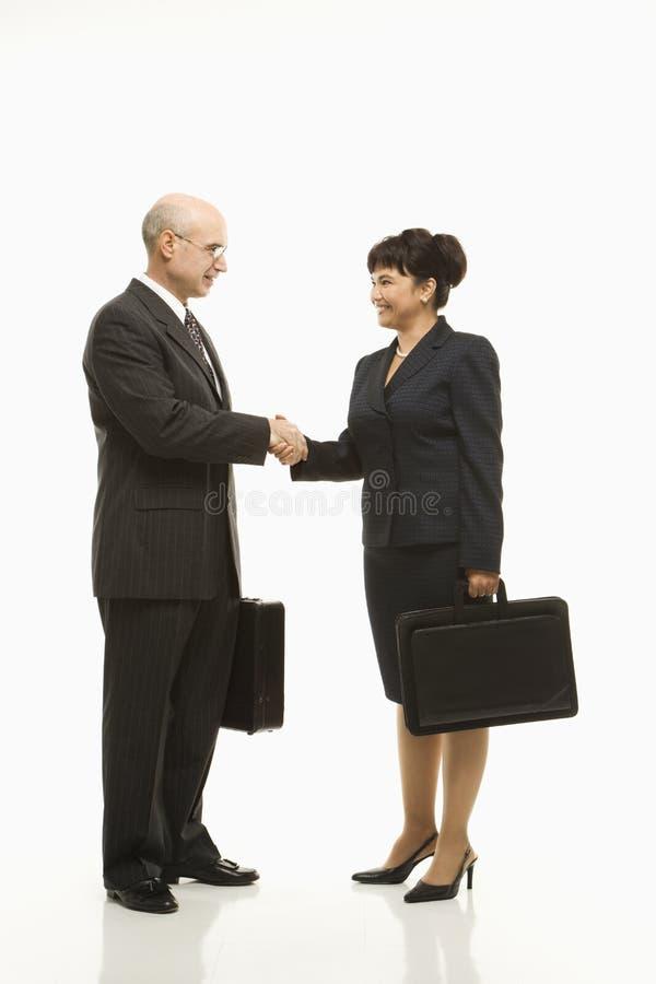 Hommes d'affaires se serrant la main. images stock