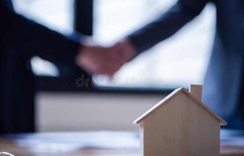Hommes d'affaires se serrant la main dans le lieu de réunion, l'affaire réussie après s'être réuni, le concept des immobiliers et image stock
