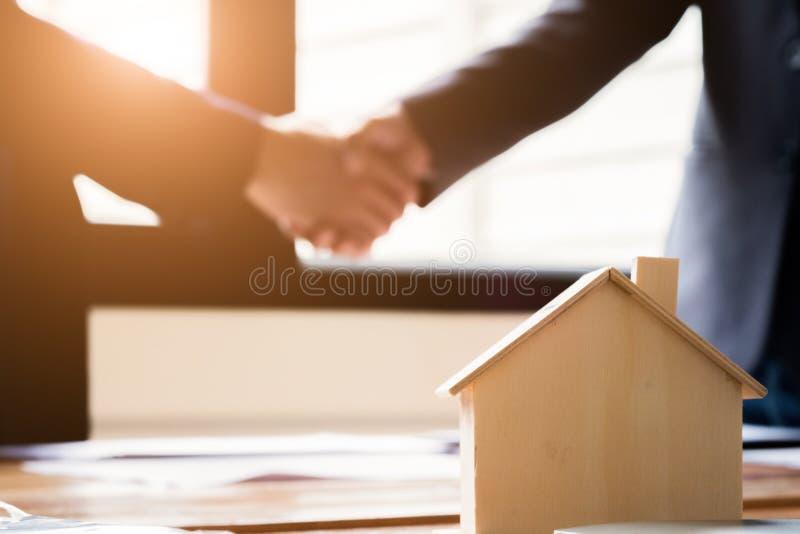 Hommes d'affaires se serrant la main dans le lieu de réunion, l'affaire réussie après s'être réuni, le concept des immobiliers et photo libre de droits