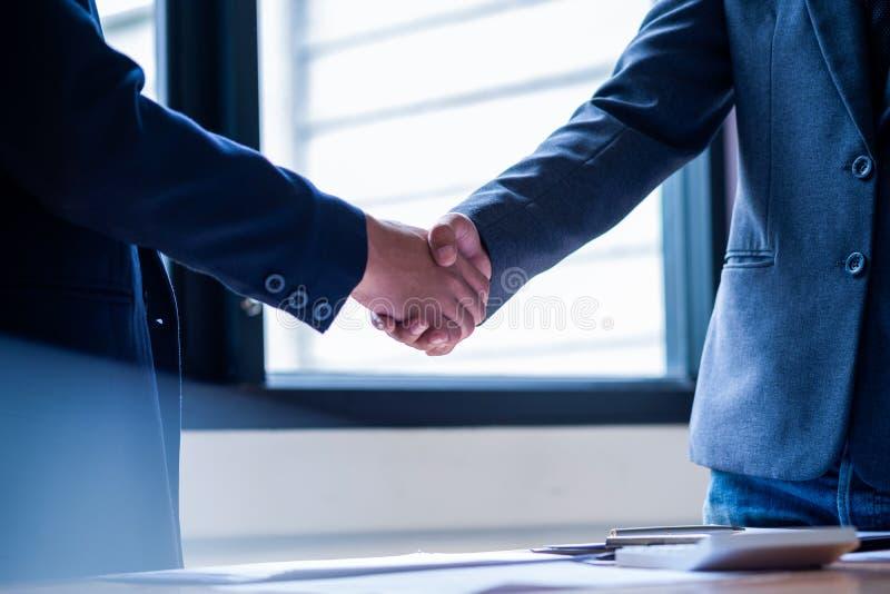 Hommes d'affaires se serrant la main dans le lieu de r?union, affaire r?ussie apr?s s'?tre r?uni images libres de droits