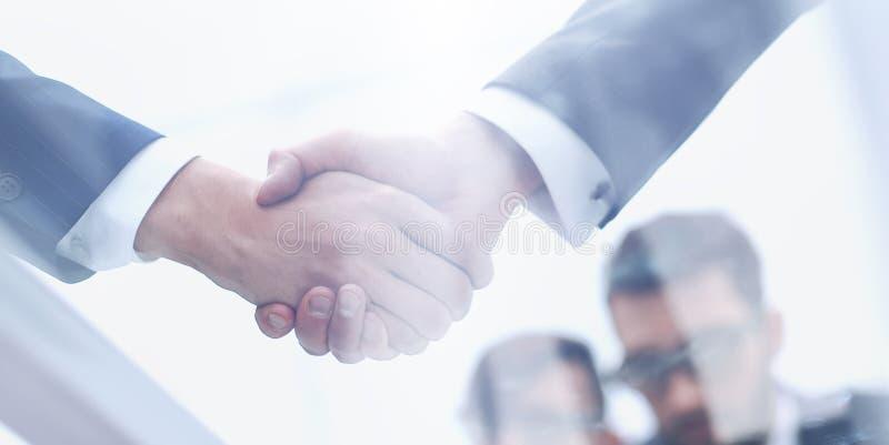 Hommes d'affaires se serrant la main le plan rapproché Fond d'affaires photo libre de droits