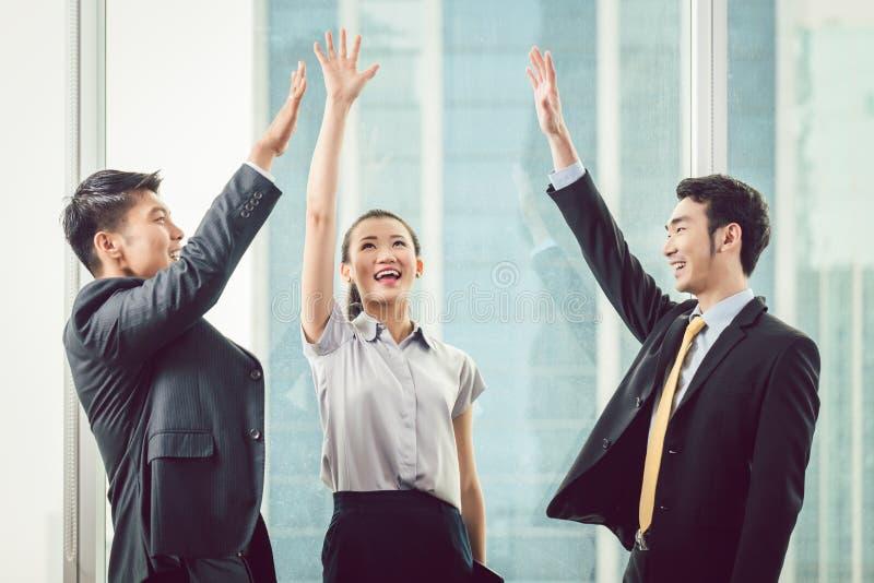 Hommes d'affaires soulevant des mains photo libre de droits